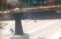 投げ込まれた催涙グレネードを見事にキャッチし治安部隊に投げ返す暴徒メンバー