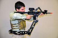 米陸軍研究所がアーマーベストに取り付け、武器携行時の兵士の重量負荷を軽減させる「第3の腕」を研究中