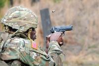 米陸軍の「二つ星」の将官が、基本を逸脱した奇妙なフォームでピストル射撃を披露し炎上