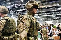 英国防省と王立芸大がタッグを組んで開発。陸軍歩兵学校で評価中の先進戦闘服が国際防衛展示会で披露