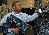 最も不適切なユニフォームを廃棄する米海軍