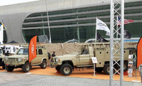 豪企業がトヨタ製ランドクルーザーをベースにした軍用長距離偵察車輌「6x6 サザーン・スコーピオン」を展示