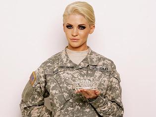 「型破り」の女性軍曹がミスコンテストでタトゥーを露出