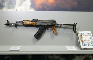 Osama Bin Laden Shooting Ak 47 「ビン・ラディ�...