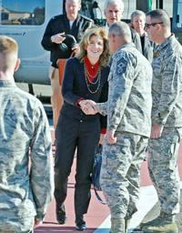 ケネディ米国大使、横田基地を訪問。握手をしている下士官さんは(゜_゜)