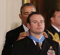 オバマ大統領から、米海軍特殊部隊隊員に勲章授与。
