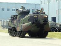 小野寺防衛大臣、水陸両用車に試乗。使える道具なのかな?
