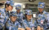 中国海軍空母の女性乗組員