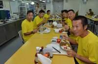 海上自衛隊の黄色いTシャツ、カレー食べてます♪
