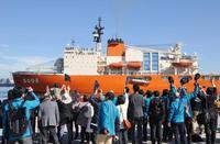 砕氷艦しらせ、南極観測に向けて横須賀を出発。