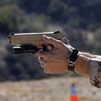 鹿児島海兵隊、新型拳銃受領す