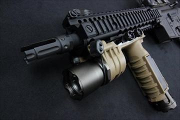 ELEMENT M910A バーチカルフォアグリップ ウェポンライト DE