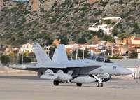 米海軍新型電子戦戦闘機、厚木基地に