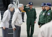 両陛下、空自松島基地に到着。ヘリに乗り換えて被災地入り