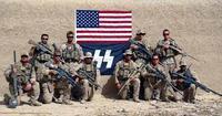 米海兵隊員、ナチス風の旗をバックに記念撮影(^_^;)