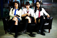 女子3人。