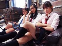 女子高生3人。