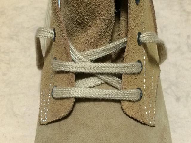 右1ホールの裏より出る靴紐は左3ホールの裏から通しますが、2ホール目の時と同様に重なり部分は上から跨ぐようにします。