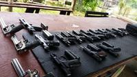 20挺以上の銃をズラリ並べて!